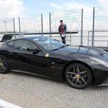 Ferrari F12 negro en la línea de box