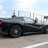 Lateral del Ferrari F12 negro