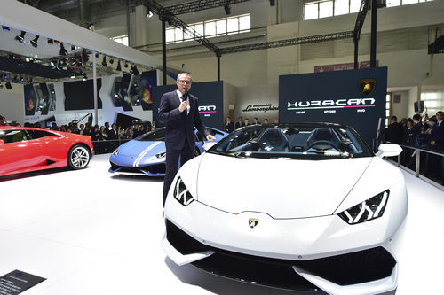 Logo de la marca Lamborghini en un Huracan 2016