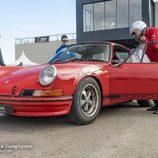 Porsche 911 Carrera clásico antes de su entrada a pista