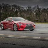 Apoyando en una curva el chasis del Lexus LC