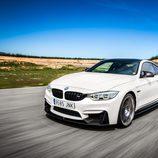 Logo de BMW sobre el frontal del M4 CS