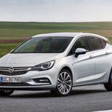 Logo de Opel sobre la parrilla del Astra 2016