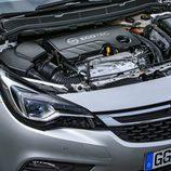 Capó abierto del Opel Astra Biturbo
