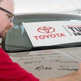 El gerente del concesioanrio firmando la Tundra