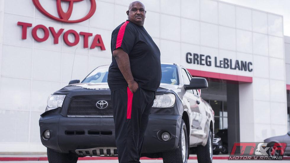 Victor Sheppard posa junto a su Toyota