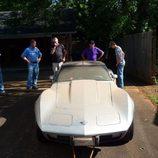 El equipo recogiendo el vehículo