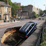 Agujero se traga un monovolumen en Londres