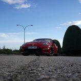 Un Nissan 370Z rojo posando en la carretera