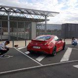 Dos fotógrafos junto al Nissan 370Z Nismo