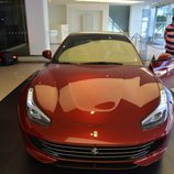 Agresivo frontal en el Ferrari 2+2 de 2016