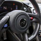 Alcántara sobre el volante del McLaren P1