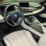 BMW i8 morado - volante
