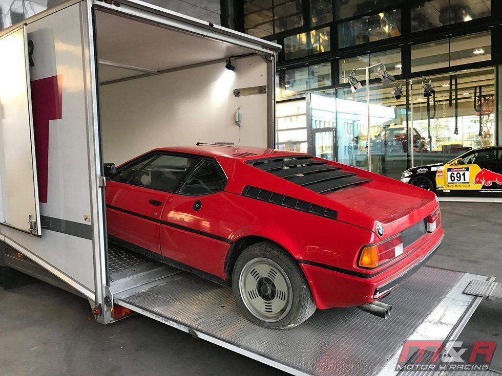 BMW M1 - Bajando del camión