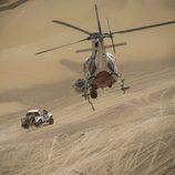 Giniel de Villiers vigilado por un helicóptero