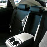 Toyota Prius: Detalle apoyacodos trasero