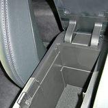 Toyota Prius: Detalle guantera central