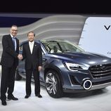 Ejecutivos de Subaru con el VIZIV 2 CONCEPT en Ginebra 2014