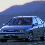 Renault Laguna I Fase II: Atardecer