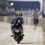 Rossi en scooter antes de los FP1 de Catar