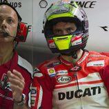 Cal Crutchlow en el box de Ducati