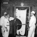 Ascensor del Empire State cargado con los pasos de ruedas en 1964