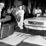 Desmontando el Ford Mustang convertible en 1964