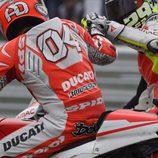 Andrea Iannone felicita a Dovizioso por su podio