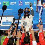 Sebastien Loeb celebra su primera victoria en el WTCC