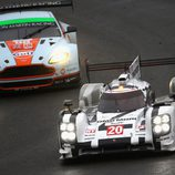Doblaje del Porsche #20 a un GT de Aston Martin
