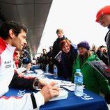Mark Webber atendiendo a los fans del WEC
