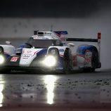 El Toyota #8 entre lluvia y virutas de goma