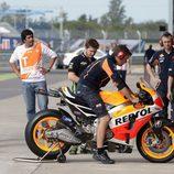 La moto de Dani Pedrosa en los boxes del GP de Argentina