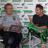 Nicky Hayden de charla en el box de Aspar