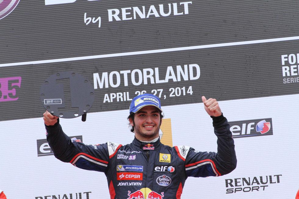Carlos Sainz Jr. en el podio de MotorLand