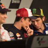 Cuchicheos entre Rossi y Márquez en sala de prensa