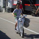 Hiroshi Aoyama por el paddock de Jerez