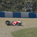 Momento de la caída de Andrea Iannone en el FP1 de Jerez