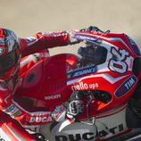 Andrea Dovizioso mirando la siguiente curva