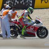 Caída de Andrea Iannone en la carrera de Jerez