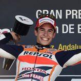 Marc Márquez con el trofeo en el podio de Jerez