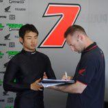 Hiroshi Aoayama hablando con los técnicos de Aspar