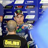 Jorge Lorenzo con su equipo técnico en boxes