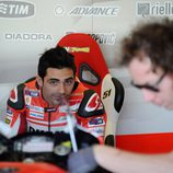 Michele Pirro en el box del Ducati Test Team