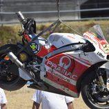 La moto de Andrea Iannone por los aires