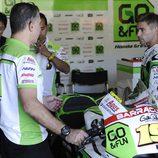 Álvaro Bautista con su jefe de mecánicos en boxes