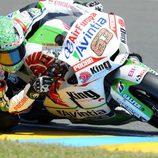 Mike di Meglio intenta superarse en Le Mans