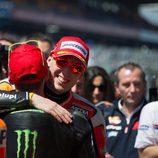 Abrazo de hermanos en el 'corralito' de Le Mans