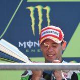 Álvaro Bautista con su trofeo de tercer clasificado