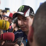 Jorge Lorenzo atendiendo a los medios españoles en Mugello